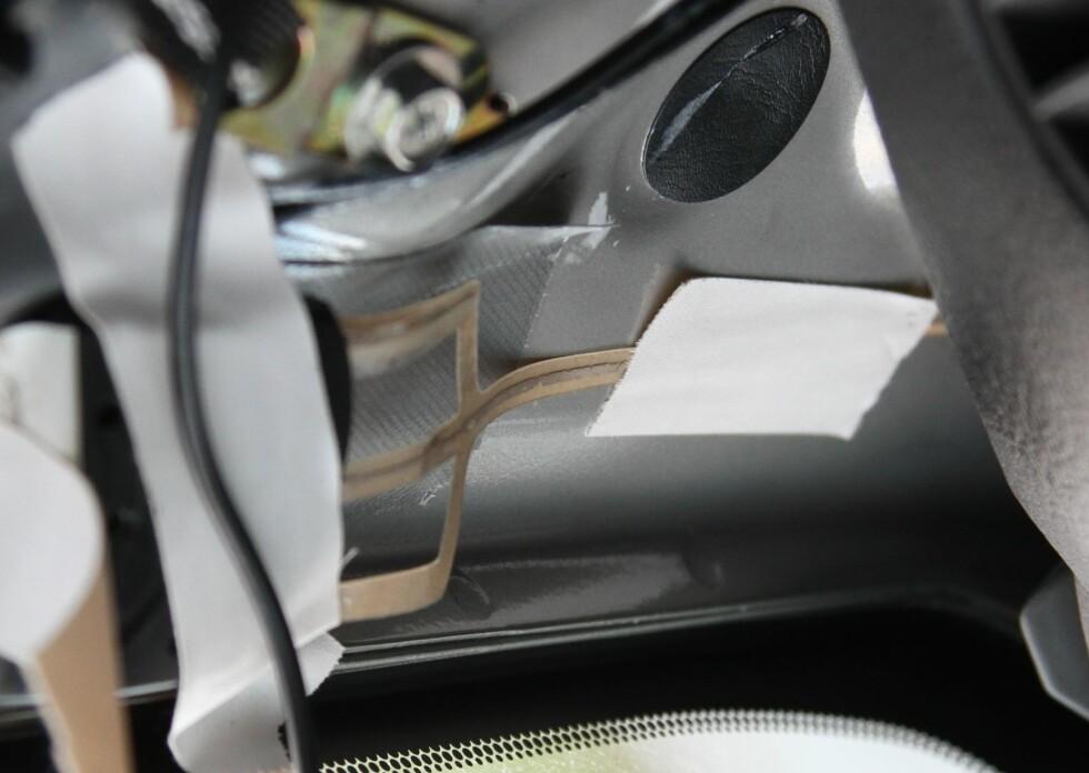 FEIL MONTERT: Mange synes antennen er stygg og prøver å gjemme den under panser, bak paneler etc. Det kan funke dersom du har sterke signaler der du kjører, men den oppnår dårlige resultater. Foto: RUNE M. NESHEIM