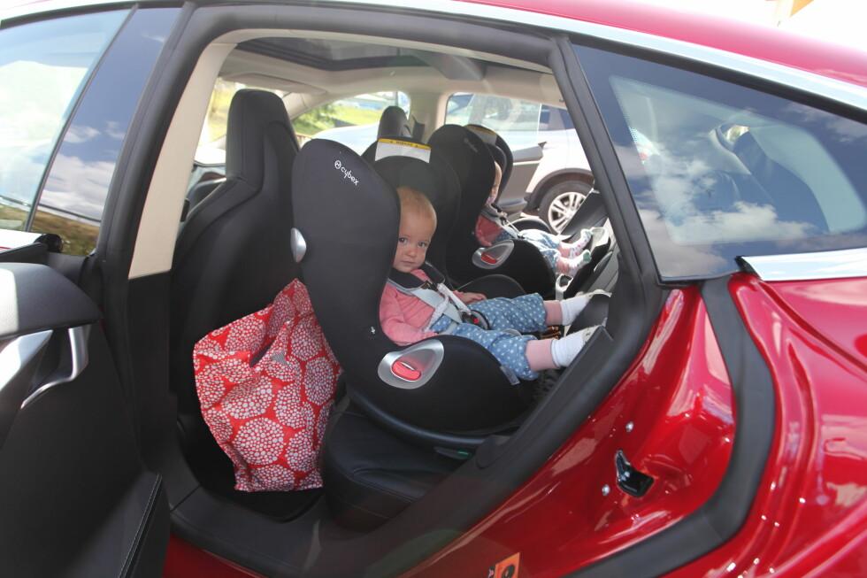 PLASSKREVENDE: For å få plass til et bakovervendt bilsete, er det i mange biler nødvendig å skyve forsetet helt frem.  Foto: KNUT ARNE MARCUSSEN