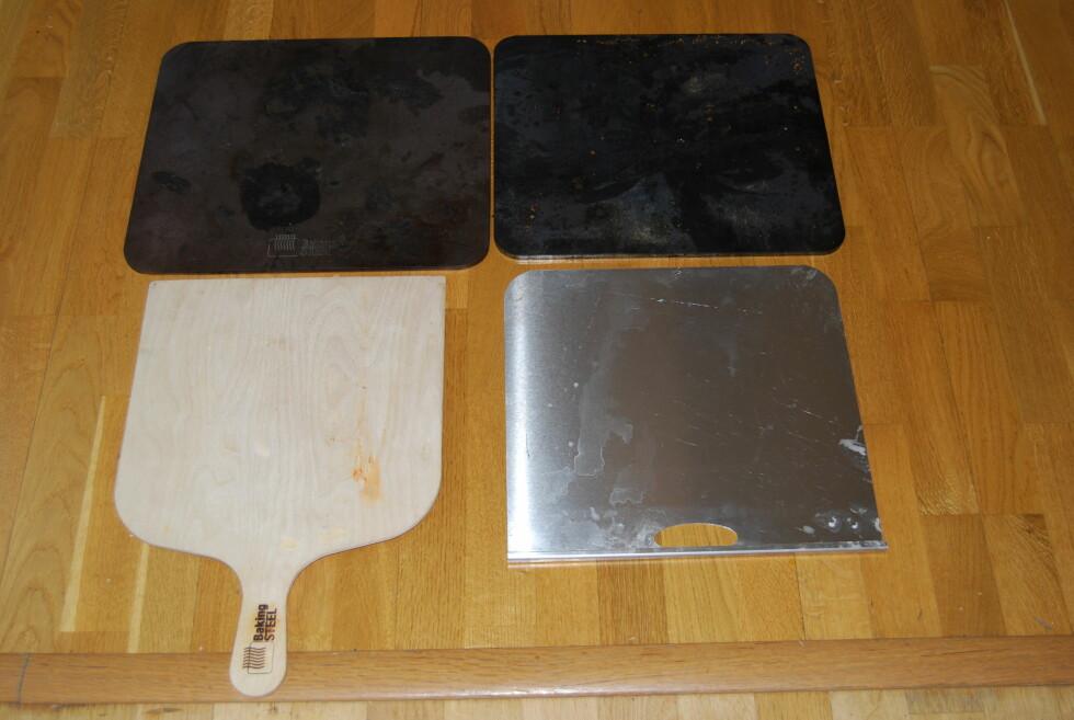 PIZZASTÅL: Dinside har tidligere testet to typer pizzastål: Baking Steel (til venstre) og PizzaPro. Begge ga like god pizza, men det var enklere å skli pizzaen på stålet med trespaden fra BakingSteel. Foto: Thomas Strzelecki