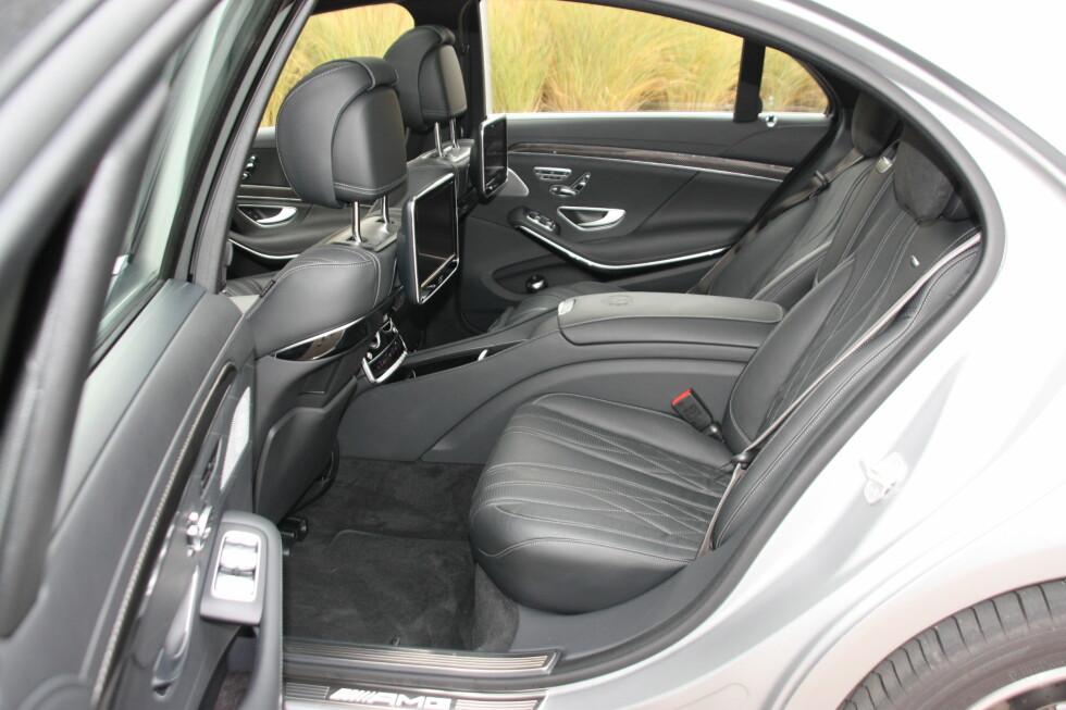 SKAMMEKROK? De fleste har selvsagt lyst til å sitte ved rattet i en S 65 AMG, men er man forvist til baksetet, har man det ikke verst der heller.  Foto: KNUT MOBERG
