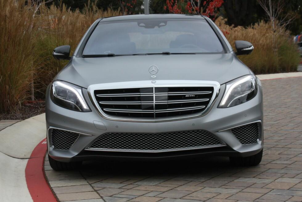 DUNDRE-DONING: V12 biturbo og 1.000 newtonmeter gjelder fortsatt i 2015 hos Daimler. Men for hvor lenge? Vi vil ikke vente og se, og benyttet anledningen til å kjøre den mens den type fantastiske kraftpakke fortsatt eksisterer. Foto: KNUT MOBERG