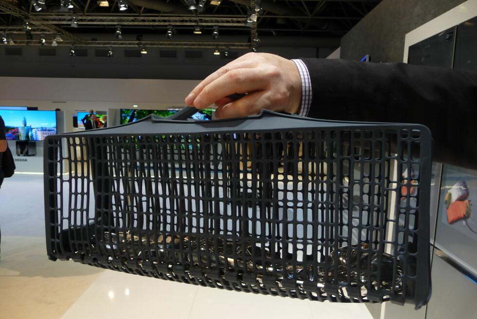 NEI, DETTE ER INGEN HÅNDVESKE: Dette er hvordan du enkelt flytter bestikket ditt fra oppvaskmaskinen til skuffen. Foto: ØYVIND PAULSEN