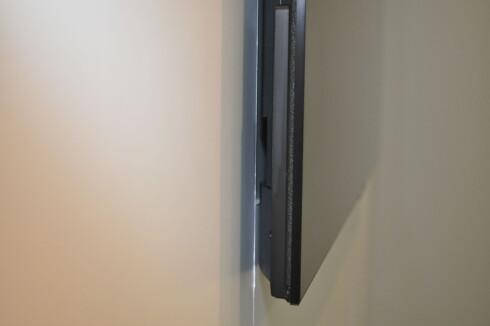HELT INNTIL: Her ser vi den nedre og tykkeste delen av Sony-skjermen. Avstanden til veggen langt mindre enn det som er vanlig med veggfeste. Foto: TORE NESET