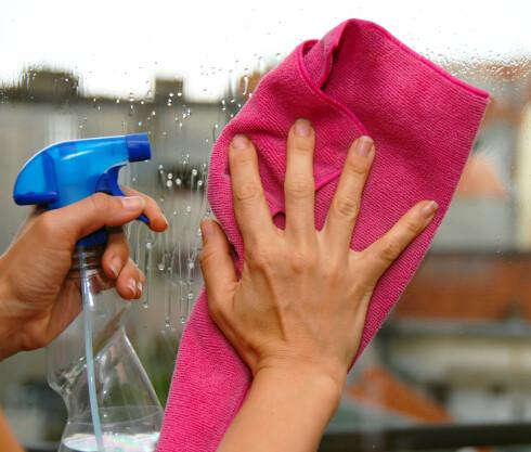 KNEP: En sprayflaske er praktisk for å fordele vaskevannet på vinduene.  Foto: COLOURBOX.COM