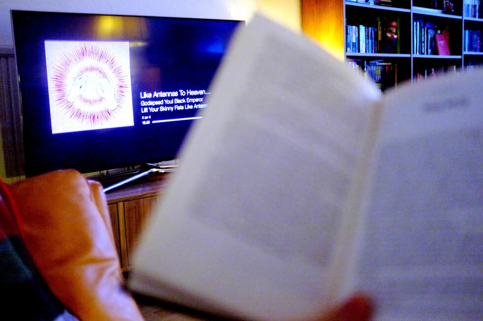 MISTER FOKUS: Prøver du å lese en bok mens du spiller musikk gjennom Apple TV, er det lett å la seg forstyrre av skjermsparere og plateomslag. La heller skjermen gå i svart!  Foto: OLE PETTER BAUGERØD STOKKE