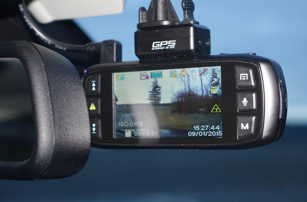 SIKRER BEVIS: Stadig flere ønsker å filme kjøreturen. Enten for å sikre bevis under en ulykke, eller å fange opp ekstraordinære hendelser. Nylig ble film fra et slikt kamera brukt for å avdekke forsikringssvindel etter en utforkjøring i Drammen. Foto: RUNE M. NESHEIM