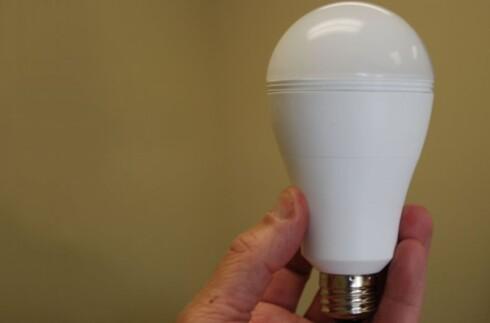 LYSER UTEN STRØM: Denne smarte lyspæren kan lades opp og lyser opp rommet uten strøm. Foto: SMARTCHARGE