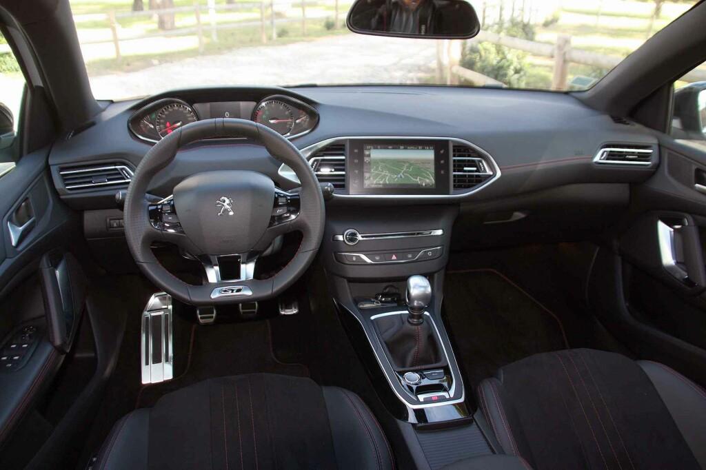 HØYVERDIG: I-cockpit kaller Peugeot sitt førermiljø, som i GT gir en enda bedre kvalitetsfølelse. Den er basert i hovedsak på at så å si all betjening skal kunne foregå via skjermen i midten. Resultat: Svært få knapper og brytere å forholde seg til. Foto: KNUT MOBERG