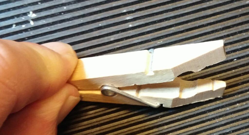 Hakk: Vi filte et lite spor slik at stiften holder seg på plass. Foto: BRYNJULF BLIX