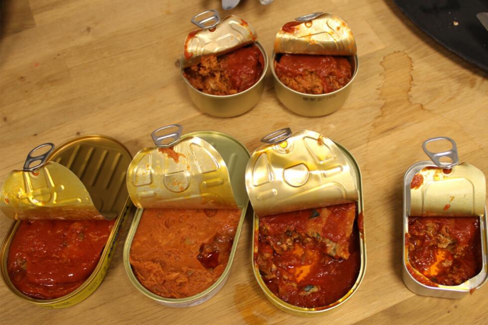 KANDIDATER: Seks makrell i tomat-varianter har konkurrert i vår test, og både konsistens, fiskemengde og smak varierer. Fra venstre: Coop, Coop X-tra, Stabburet og First Price. Bak: Rema1000 og Bunnpris. Foto: ELISABETH DALSEG