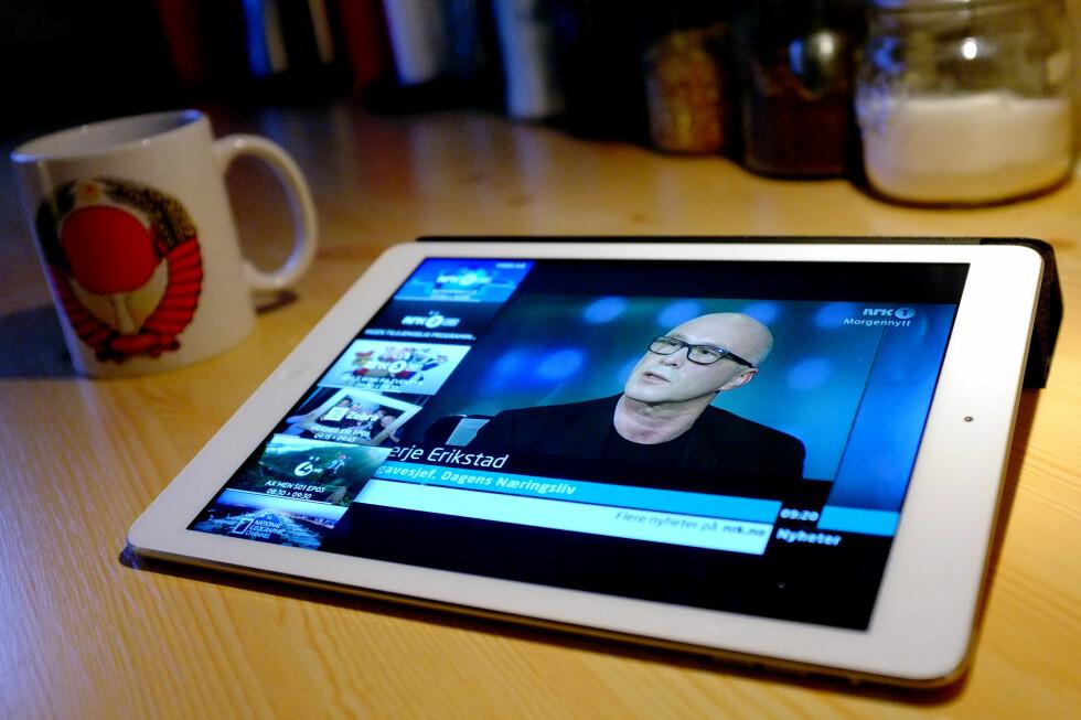 LISENSPLIKTIG: Her ser vi på NRK på en iPad. Man skulle tro man da slapp lisens, men fordi vi ser NRK gjennom et Get-abonnement, må vi egentlig betale lisens likevel.  Foto: OLE PETTER BAUGERØD STOKKE