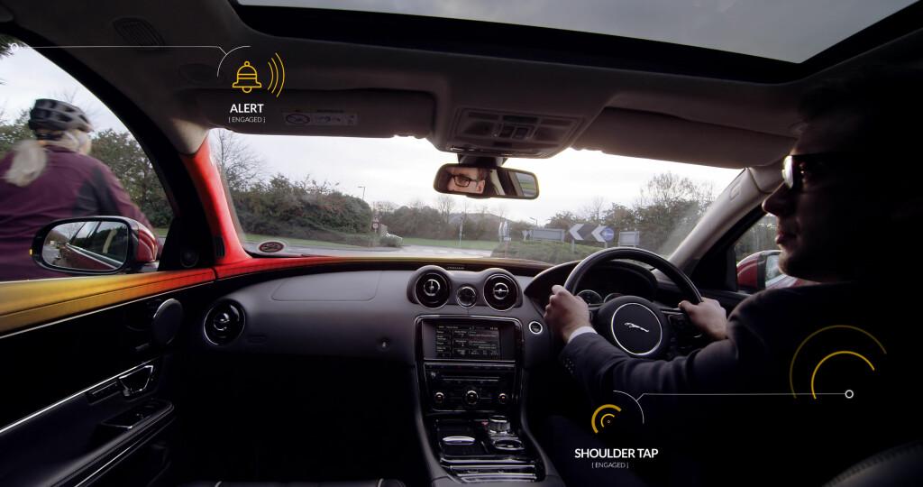 DULTER I SKULDEREN: Den aktive seteryggen forteller hvilken side føreren skal snu seg mot. Også ringeklokken og lysene aktiveres. Foto: JAGUAR LAND ROVER