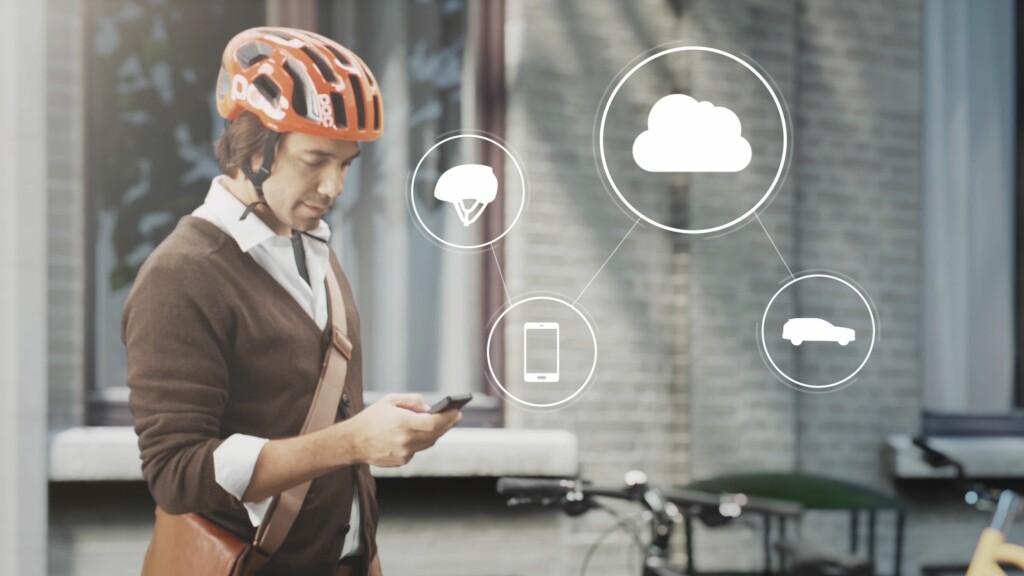 VIA SKYEN: Via en mobil-app kobler hjelmen til skyen - som igjen er koblet til Volvos varslingssystem. Foto: VOLVO