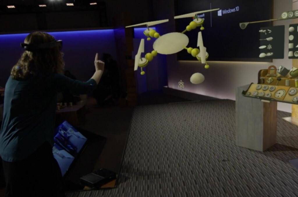 <b>HOLOGRAM:</b>Microsoft viste hvordan man kan bygge et holografisk helikopter ved hjelp av Windows 10 og HoloLens. Foto: MICROSOFT