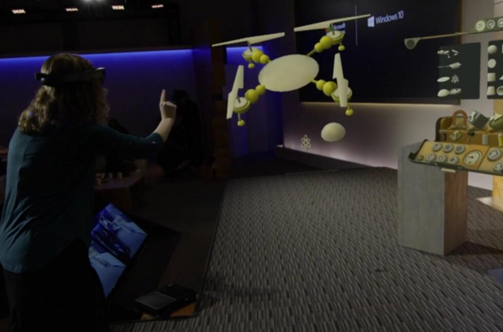 HOLOGRAM:Microsoft viste hvordan man kan bygge et holografisk helikopter ved hjelp av Windows 10 og HoloLens. Foto: MICROSOFT
