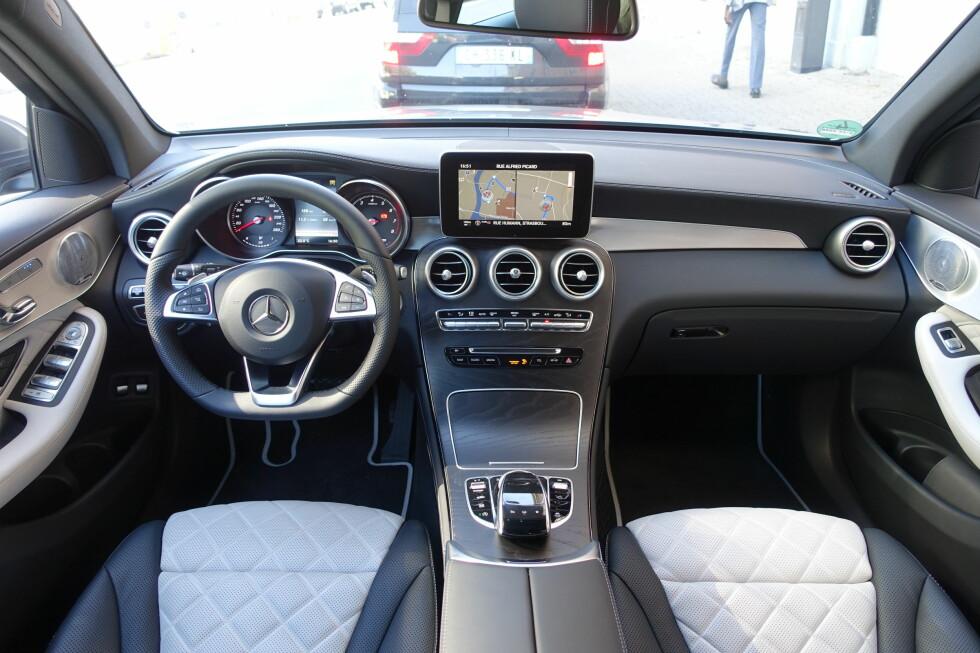 SKIKKELIG PREMIUM: Interiøret er svært forseggjort - særlig i denne Designo-versjonen med to-fargede, ventilerte skinnseter, Burmester stereo og generelt høyverdige materialer. Førermiljøet fremstår som en litt mer høyreist versjon av den man finner i C-klasse. Foto: KNUT MOBERG