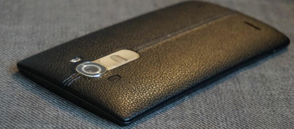 <strong>I SKINN:</strong> Bakdekslet på LG G4 er ikke helt som andre bakdekseler –det er nemlig av ekte kuskinn. Foto: PÅL JOAKIM OLSEN