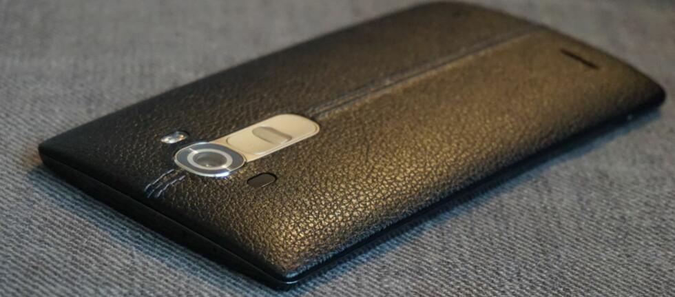 I SKINN: Bakdekslet på LG G4 er ikke helt som andre bakdekseler –det er nemlig av ekte kuskinn. Foto: PÅL JOAKIM OLSEN