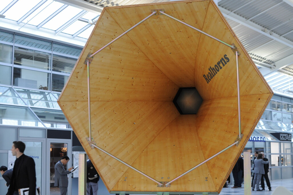 <b>HØRERØR:</B> Dette giganthornet burde garantere at selv de mest tunghørte får med seg alt. Foto: TORE NESET
