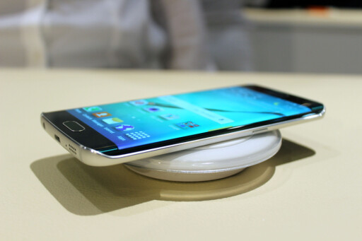 MAGNETISK: S6-telefonene har innebygd støtte for trådløs ladning. Foto: KIRSTI ØSTVANG