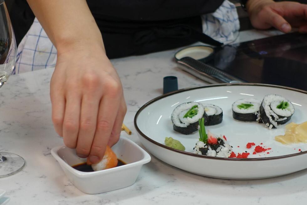 BRUK HENDENE: Nigiri og tamari spises tradsjonelt med hendene. Og det er fisken, ikke risen, som skal i soyasausen. Foto: ELISABETH DALSEG