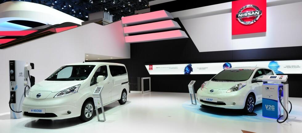 ELEKTRIFISERER: Nissan er i dag ledende på elbil i Europa. Her er e-standen på bilutstillingen i Genève nylig, med 7-seters e-NV200 og en spesialutgave av suksessen Leaf. Foto: NISSAN