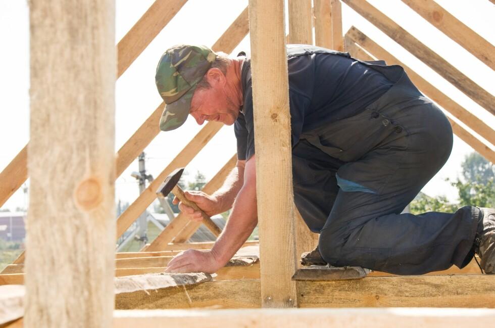 VENT TIL 1. JULI: Skal du bygge garasje, uthus eller levegg i sommer? Venter du til 1. juli, kan du slippe å søke eller spørre naboen. Foto: ALL OVER PRESS