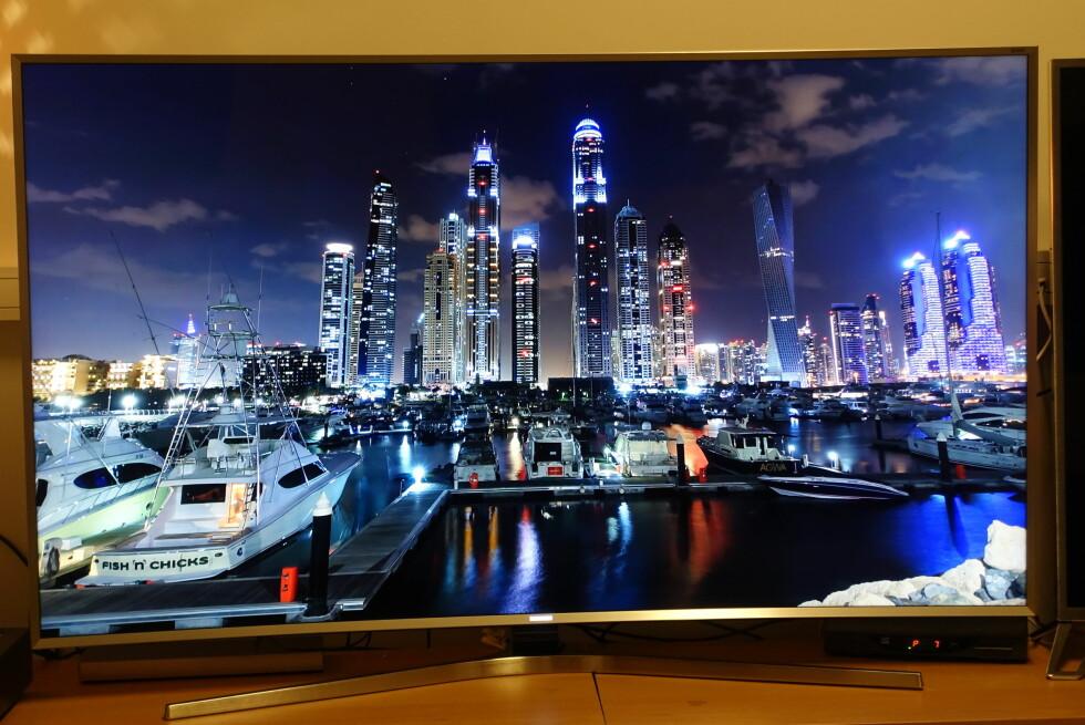 NYDELIG: Gi denne TV-en 4K-innhold og du vil bli imponert - for her er det meste på plass. At båten nederst til venstre har et såpass harry navn får vi heller late som vi ikke la merke til ... Foto: ØYVIND PAULSEN