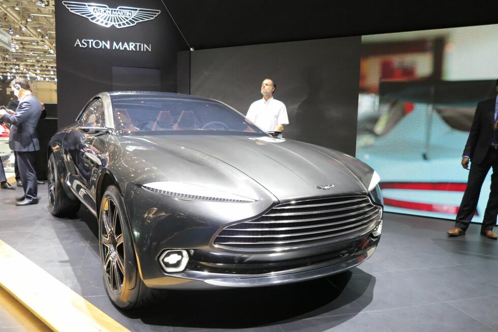 TYDELIG IDENTITET: Det synes godt at det er Aston Martin det dreier seg om, men typisk Aston er den svært langt fra. Foto: FRED MAGNE SKILLEBÆK