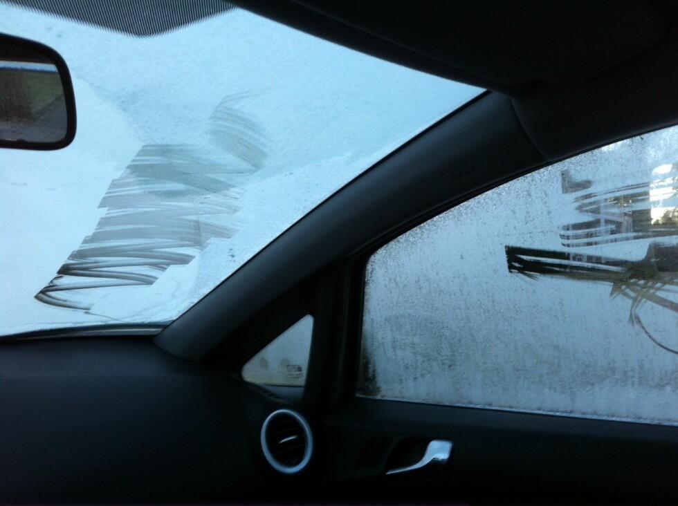 MISTET LAPPEN: Heller ikke siderutene var skrapt rene for is... Foto: ØSTFOLD POLITIDISTRIKT