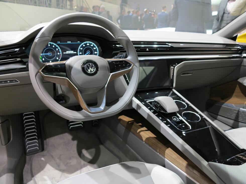 NYTT? VEL... Dette er tidsriktig, men i våre øyne helt typisk Volkswagen. En naturlig forlengelse av dagens designuttrykk, om man vil. Uansett: Slik er førermiljøet i Volkswagen Sport Coupe Concept GTE. Foto: FRED MAGNE SKILLEBÆK
