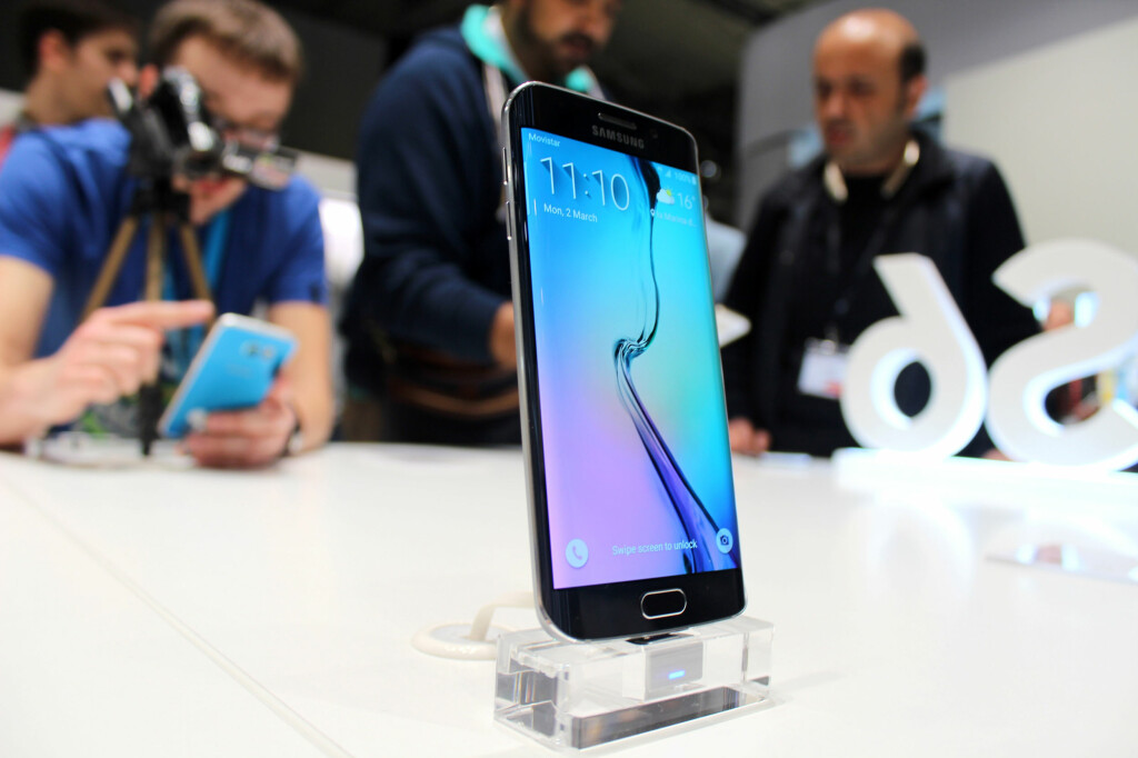 <b>LEKKER:</b> Samsungs nye toppmodell ser ut til å bli den store snakkisen på årets Mobile World Congress i Barcelona. Den buede kantskjermen ser virkelig futuristisk ut. Foto: KIRSTI ØSTVANG