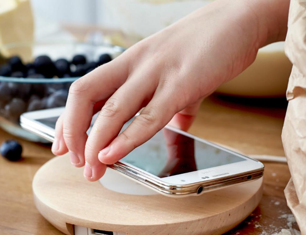 <strong><b>LADEMATTER:</strong></b> Ønsker du ikke å bore i benker og bord, får du kjøpt løse ladematter som kan flyttes rundt etter behov. Her er Nordmärke enkeltrbrikke for trådløs lading med USB-port til 369 kroner. Fås i bjørk (som på bildet) og i en hvit utgave. Foto: IKEA