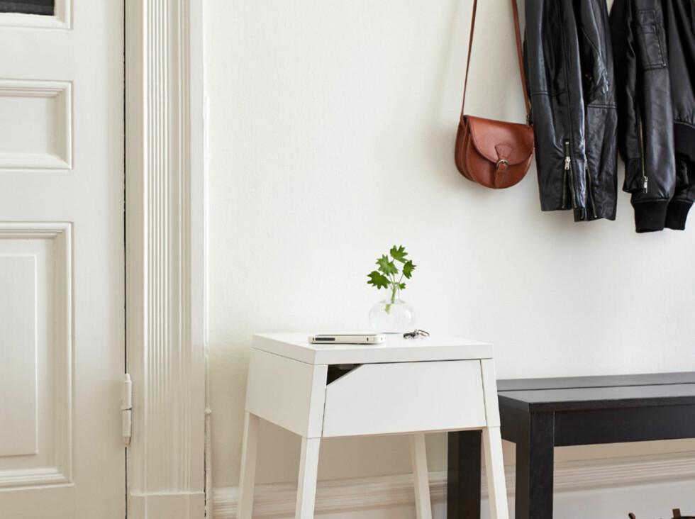 <strong><b>SMART I ENTREEN:</strong></b> Nattbordet Selje med ladepunkt og USB-port, 498 kroner. Foto: IKEA