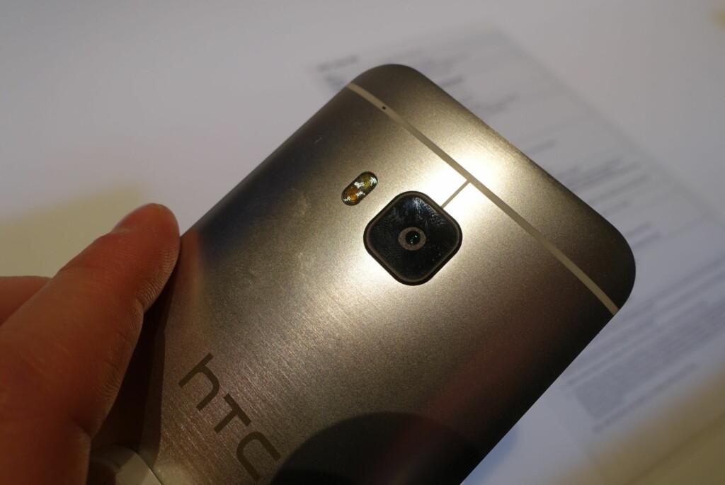 BØRSTET: Slik ser baksiden ut på HTC One M9. Ikke veldig forskjellig fra de to andre HTC One-telefonene. Foto: PÅL JOAKIM OLSEN