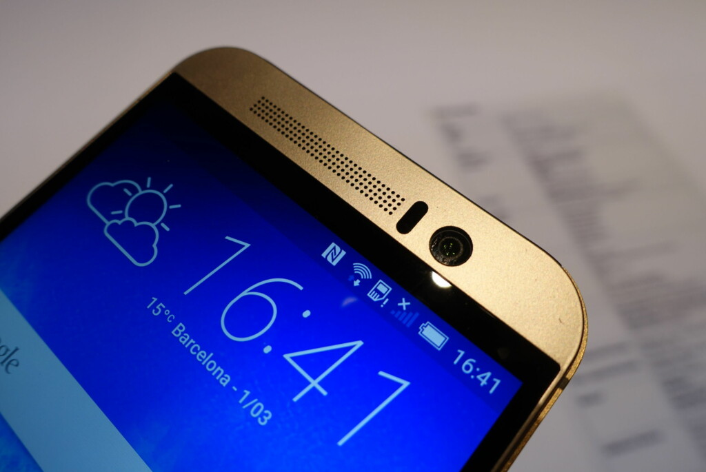 LEKKER: HTC One M9 er støpt i ett stykke aluminium og har gode høyttalere på fremsiden av skjermen.