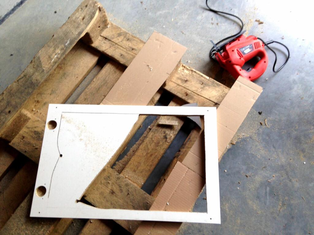 STIKKSAG: Ingve har skåret ut dørene slik at det kun er en ramme igjen. Foto: PRIVAT