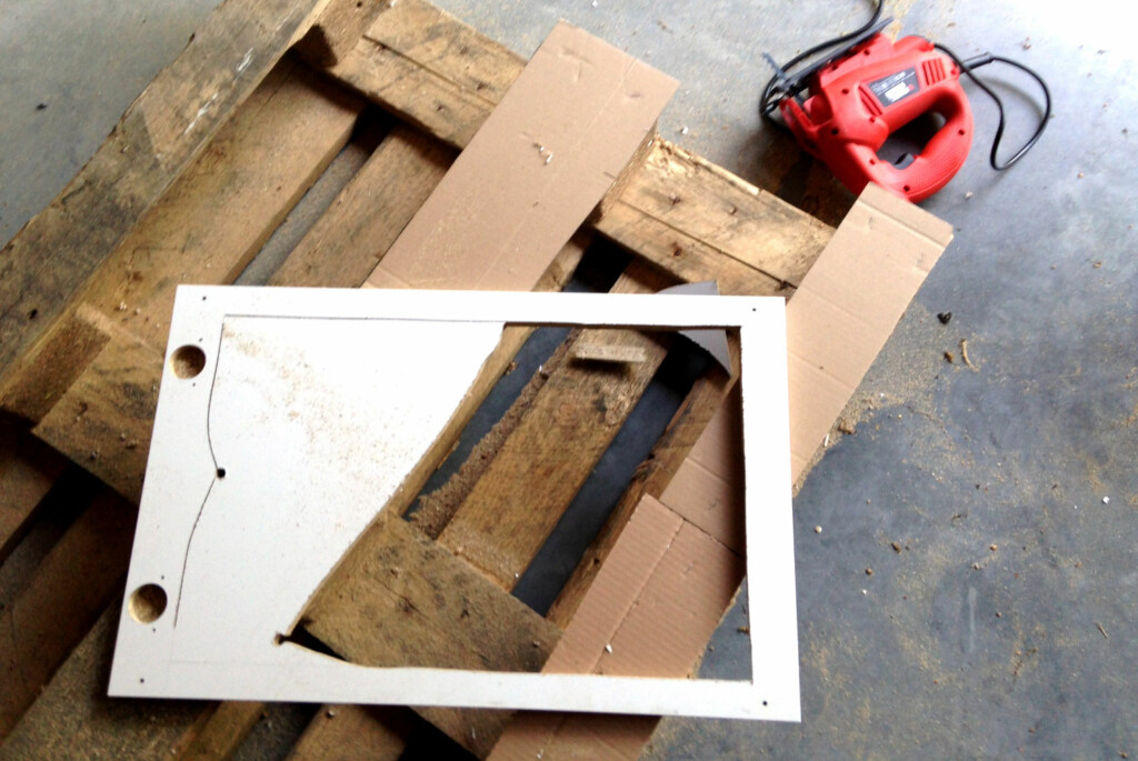<b>STIKKSAG OG FERDIGMØBEL:</b> Du trenger ikke mye verktøy for å sette ditt eget preg på masseproduserte møbler. Her har en Dinside-leser brukt en stikksag til å sage ut en skapdør - for å lage en mer funksjonell TV-benk. Andre møbelmodifiseringer krever enda mindre verktøy. Foto: PRIVAT/LESERBILDE