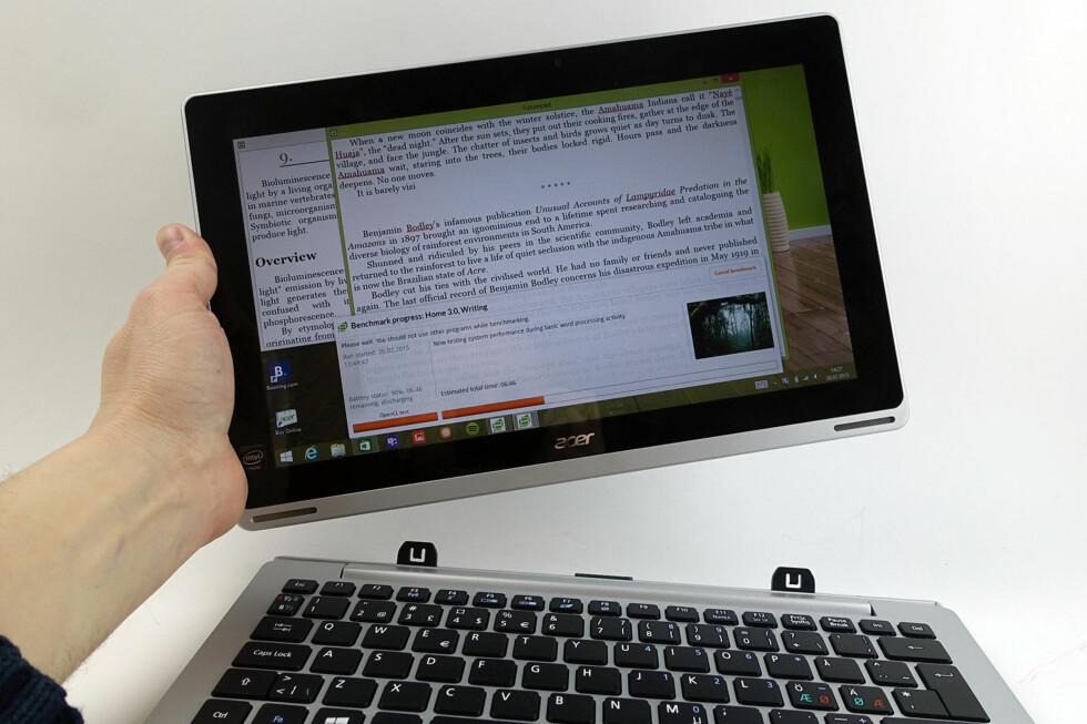 FLEKSIBEL: PC eller nettbrett? Det kan du velge selv med Acer Aspire Switch 11. Foto: PÅL JOAKIM OLSEN