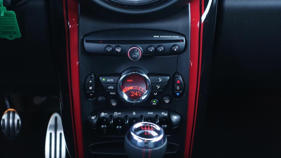 OVERDESIGNET: Det går i sirkler og ovaler i Mini. Røde elementer spesielt for Works. Foto: RUNE M. NESHEIM