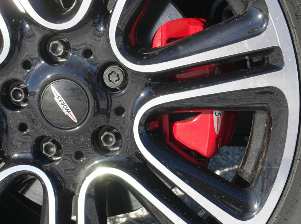 """19"""": Eget Worksdesign på felgene og røde bremsekalippere. Foto: RUNE M. NESHEIM"""