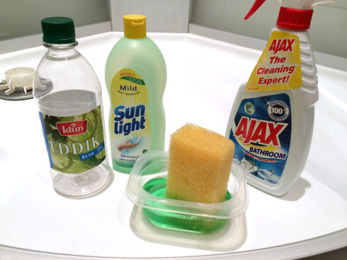 HJEMMELAGA MOT MASSEPRODUSERT: Vi har testet hjemmelaga vaskemiddel mot et av spesialproduktene fra dagligvarehandelen. Foto: KRISTIN SØRDAL