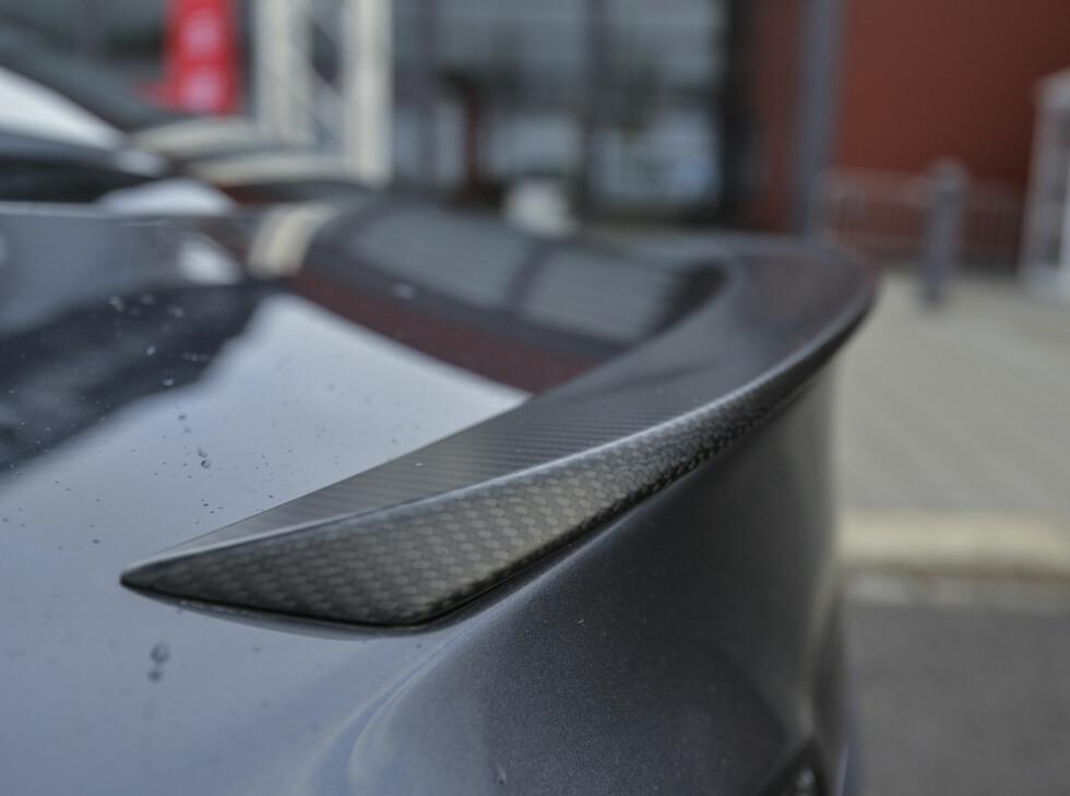 VIRKER, VIRKER IKKE: En liten og kledelig spoiler av karbonfiber er plassert på bakluken. Gjør den noe fra eller til?   Foto: Jamieson Pothecary