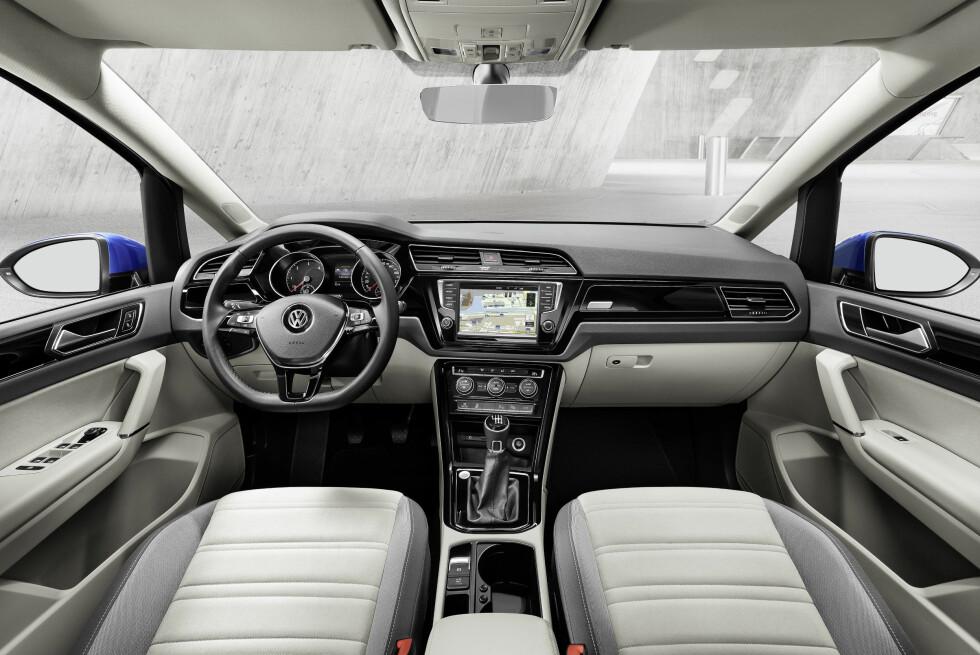 SISTE SKRIK: Ja, hos Volkswagen, altså. Interiøret i Touran ser overbevisende godt og moderne gjennomført ut, men langt fra futuristisk. Foto: VOLKSWAGEN