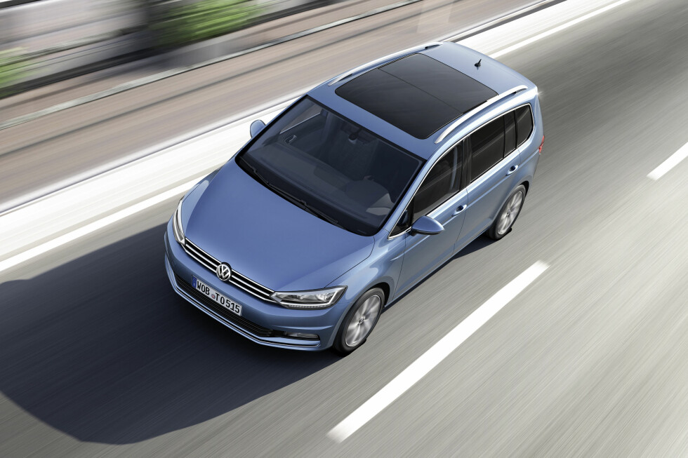 PRAKTISK FREMFOR ALT: Fasongen på nye VW Touran gjenspeiler, som på forgjengeren, bruksområdet den er tiltenkt: Maksimalt med plass innvendig uten å ta mer plass enn strengt nødvendig i trafikken. Foto: VOLKSWAGEN