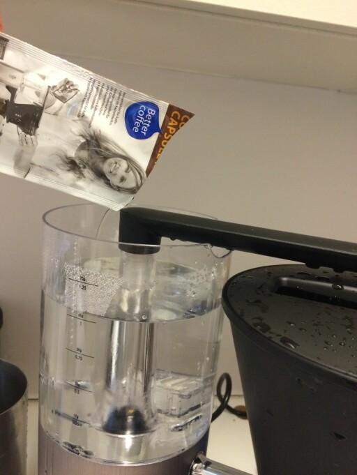 Du får kjøpt rensemiddel til kaffetrakteren fra forskjellige produsenter, som selges på dagligvarebutikkene. Foto: CLEAN DROP