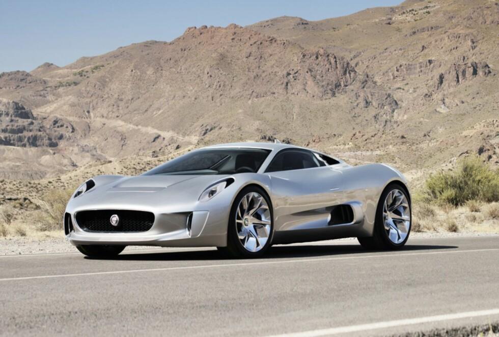 TAR OPP KAMPEN: Jaguar C-X75 skal ta opp kampen med James Bonds spesiallagde Aston Martin i den nye Bond-filmen som kommer i november.  Foto: JAGUAR