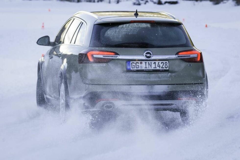 GLIPPER BAK: Slipper man gassen eller bremser mens bilen er i ferd med å endre retning, er det viktig å ha best mulig grep bak. Foto: KNUT ARNE MARCUSSEN