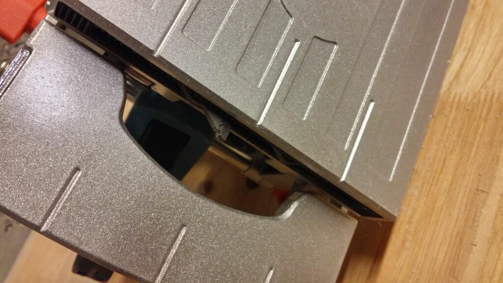 LAMELLFRES: En roterende freseblad kommer fram når du skyver maskinen framover, og lager et passende spor til lamellen. Foto: BRYNJULF BLIX
