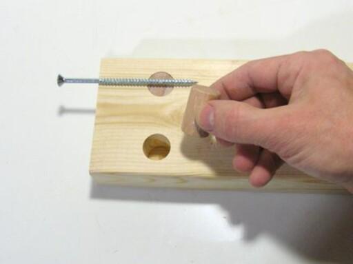 TREBOLT: Dette smarte tipset fant vi på woodgears.ca Feller du inn en del av en rundstokk får du hold til skruen. Foto: Matthias Wandel woodgears.ca